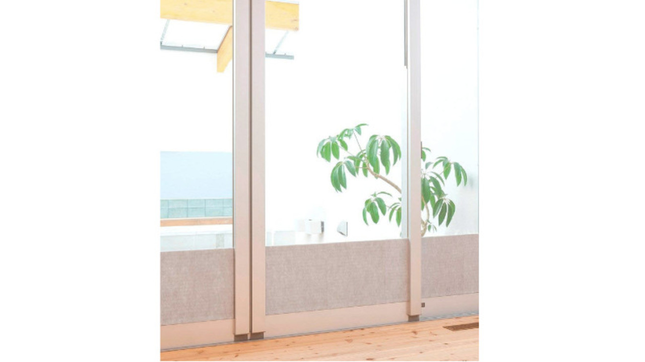窓に貼るだけで冷気と結露をブロックするシート。カーテンのカビ対策もできる