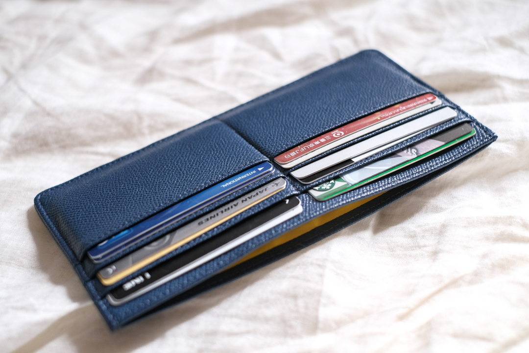 フォーマルにも合わせやすいかも! 薄さがジャケットとの相性抜群なお財布「ビズレット」を使ってみた