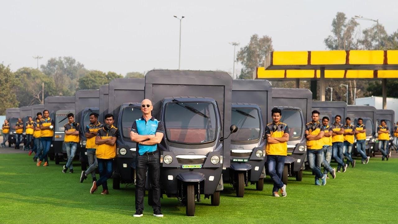 ジェフ・ベゾス、インドでAmazon専用EVリクシャーに乗ってご満悦