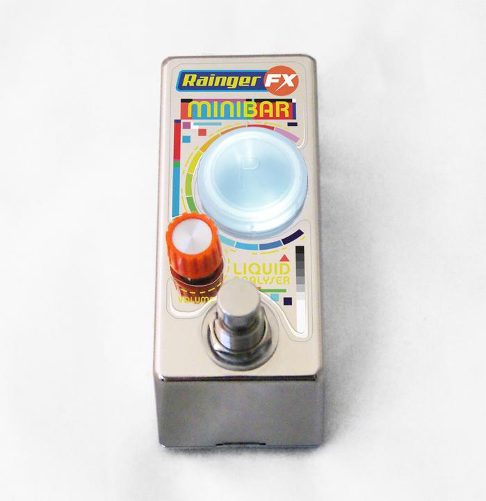 コーラはどんな音になるんだろう? ボトルに入れた液体で音色が変わるギター・エフェクター