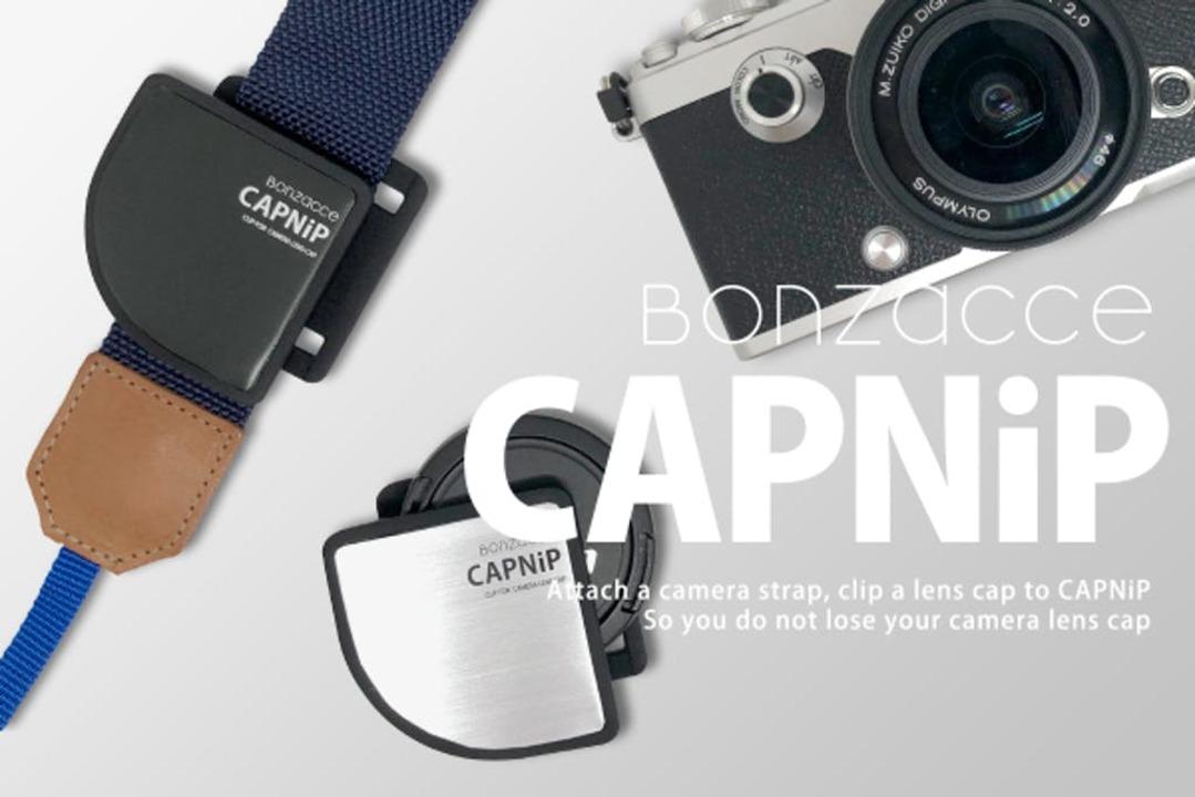 一眼やミラーレスの撮影にあると便利! 紛失しがちなレンズキャップをスマートに収納するホルダー「CAPNiP」
