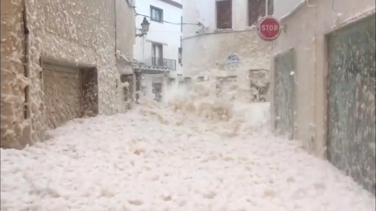 スペインの街が、洗剤の泡みたいなのでいっぱいになっちゃった