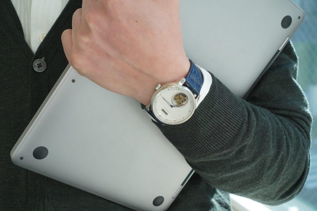 大人の色気をチラリと。最高クラスの技術が詰まったトゥールビヨン搭載の腕時計「Tour02」をつかってみた