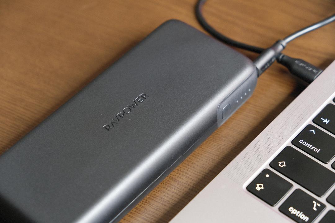 【読者限定で25%オフ】MacBook Proもスマホも同時充電! RAVPowerのモバイルバッテリーを使ってみた