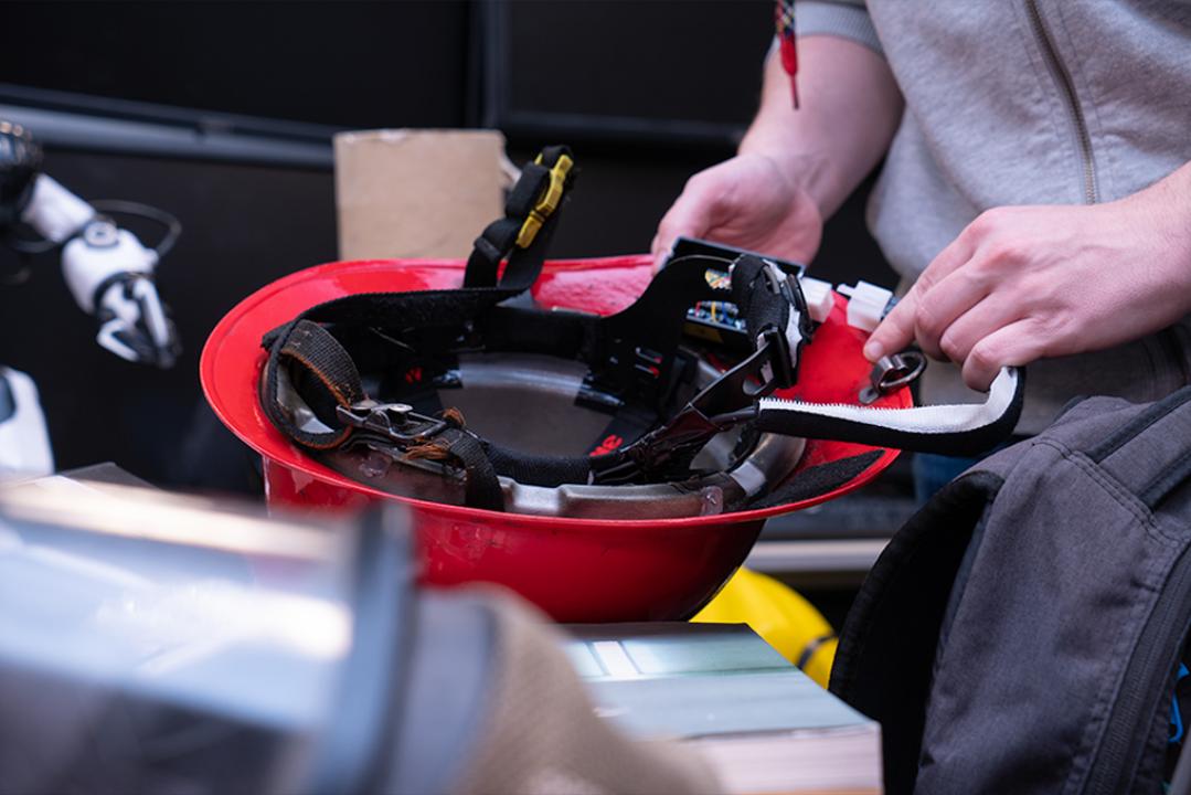 煙のある方向へ振動で導く、消防士用の触覚フィードバック・ヘルメット