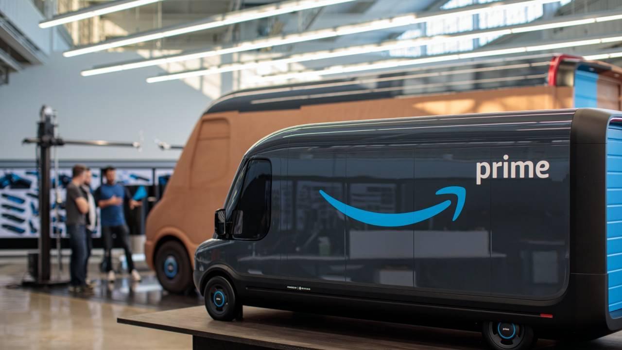 AmazonがRivianに10万台作らせるEV配達トラック。かなりカスタムされて、もちろんAlexaも搭載