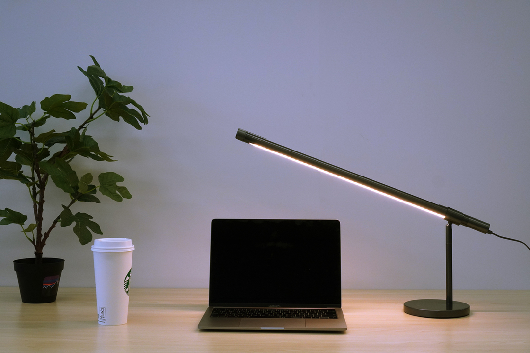 デスクにもお部屋にも。タッチ操作が気持ちいいミニマルスタイリッシュな照明「Light Strip」を使ってみた