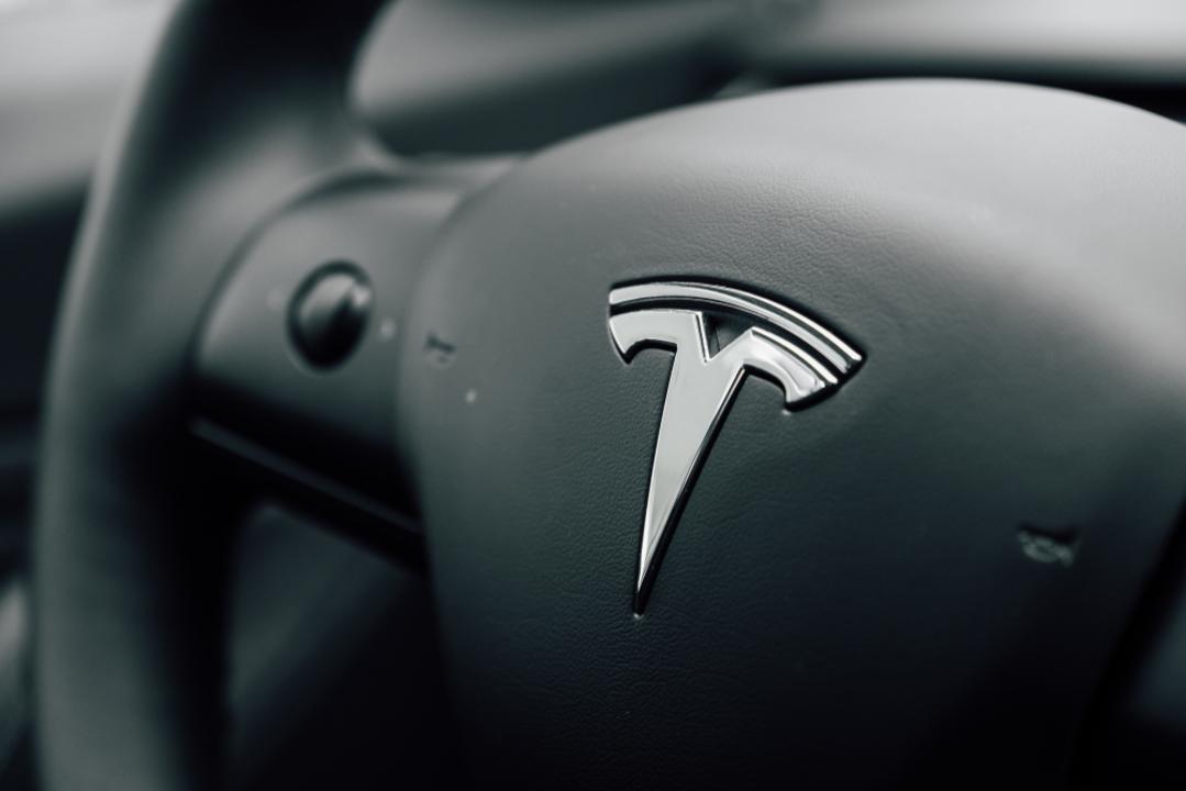車からも物理ボタンが消える日が来そう。テスラのハンドルにタッチ操作を備える特許申請