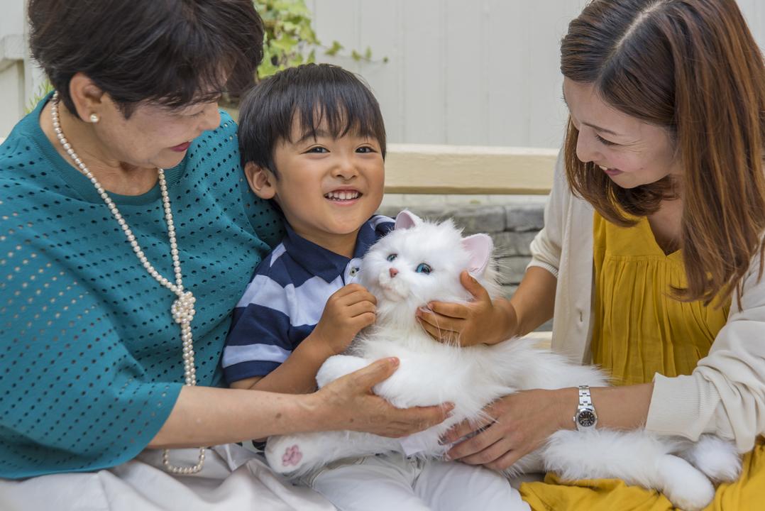 みんなの心を癒すんだにゃ。リアルに甘える猫型ロボット