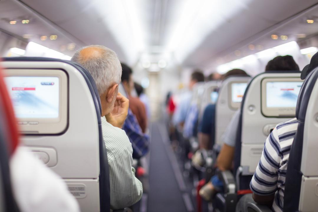 飛行機の中で上半身テントを使う男性現る。コロナウィルス対策か…って、意味なくない?