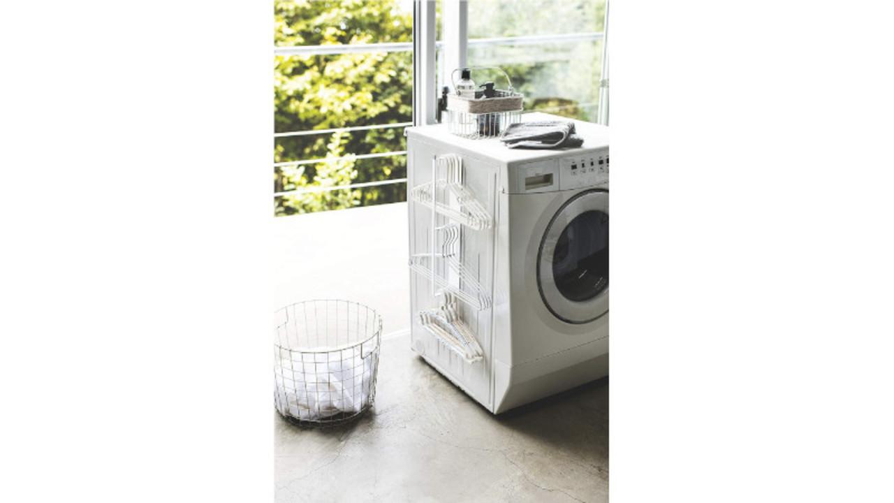 散らばるハンガー類がスッキリ片付く、洗濯機の横に付けるマグネット式収納ラック