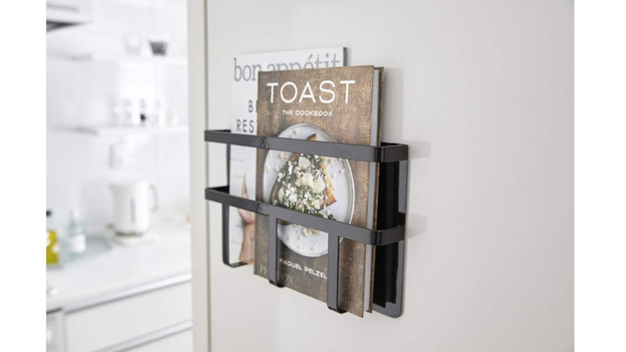 冷蔵庫の脇にマグネットでくっつけるだけ。レシピ本やお盆を収納できるラック