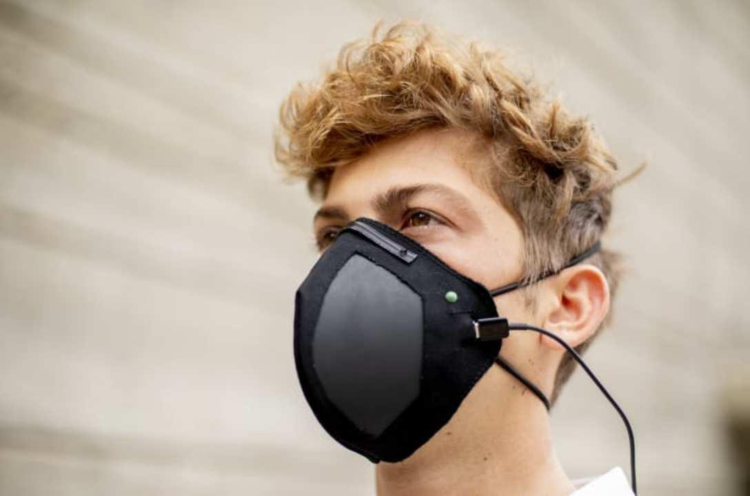 その名も「ガーディアン」マスク。抗菌性グラフェンのフィルター+電気で滅菌のハイテクマスク