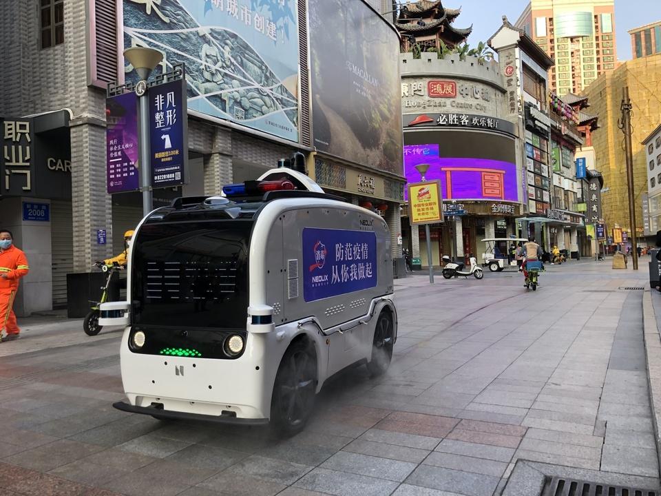 外出禁止の中国で、荷物を配達しながら路面消毒する無人EV。アリババなど通販サイトが200台を注文