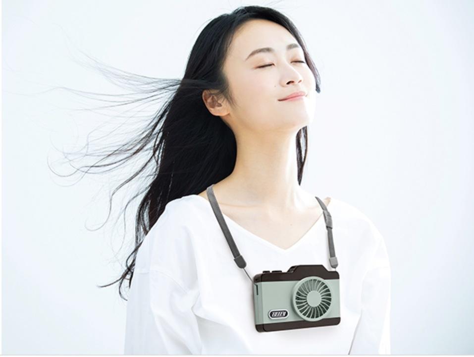 かわいいカメラ持ってるね。え? これ、ハンディファンなの!?