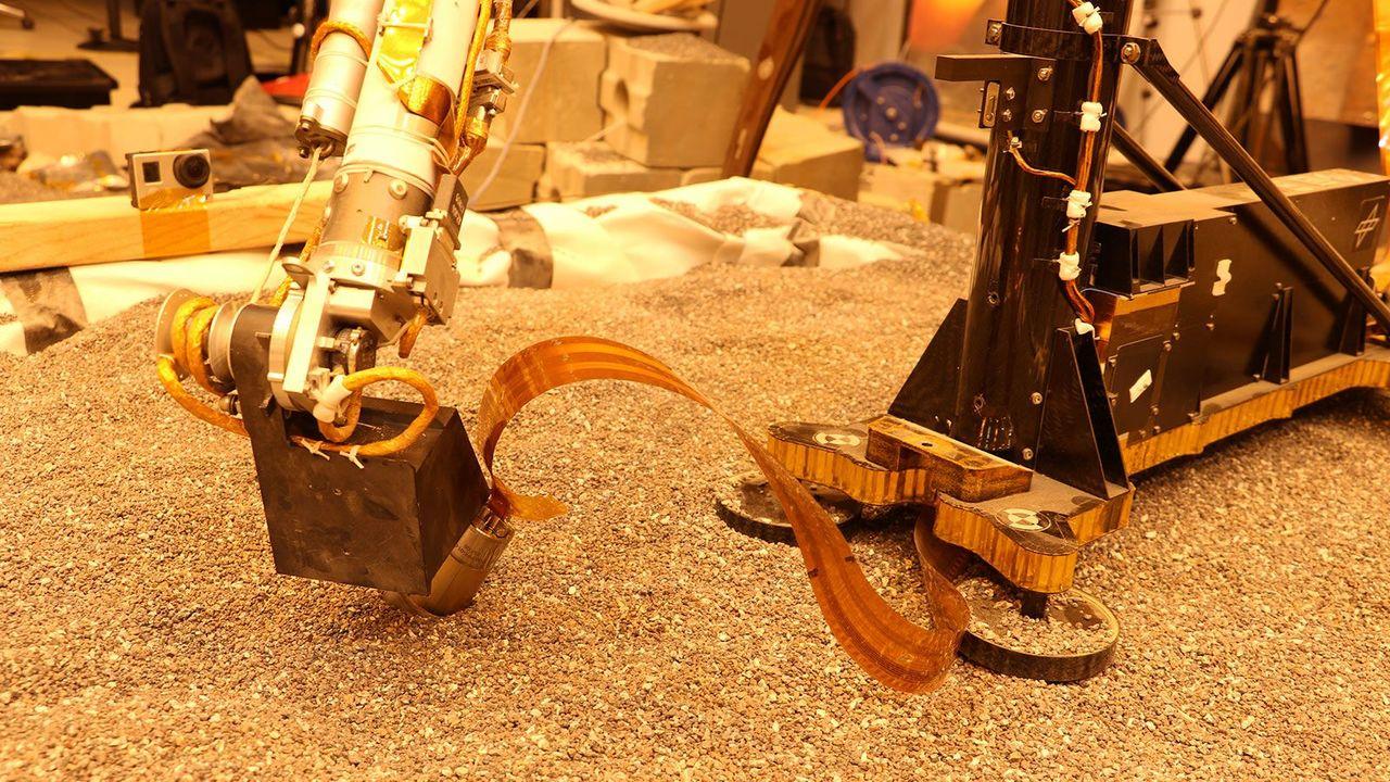 「ロボットアームでもぐらを押してみたよー!」火星探査機、InSightが掘削を再開