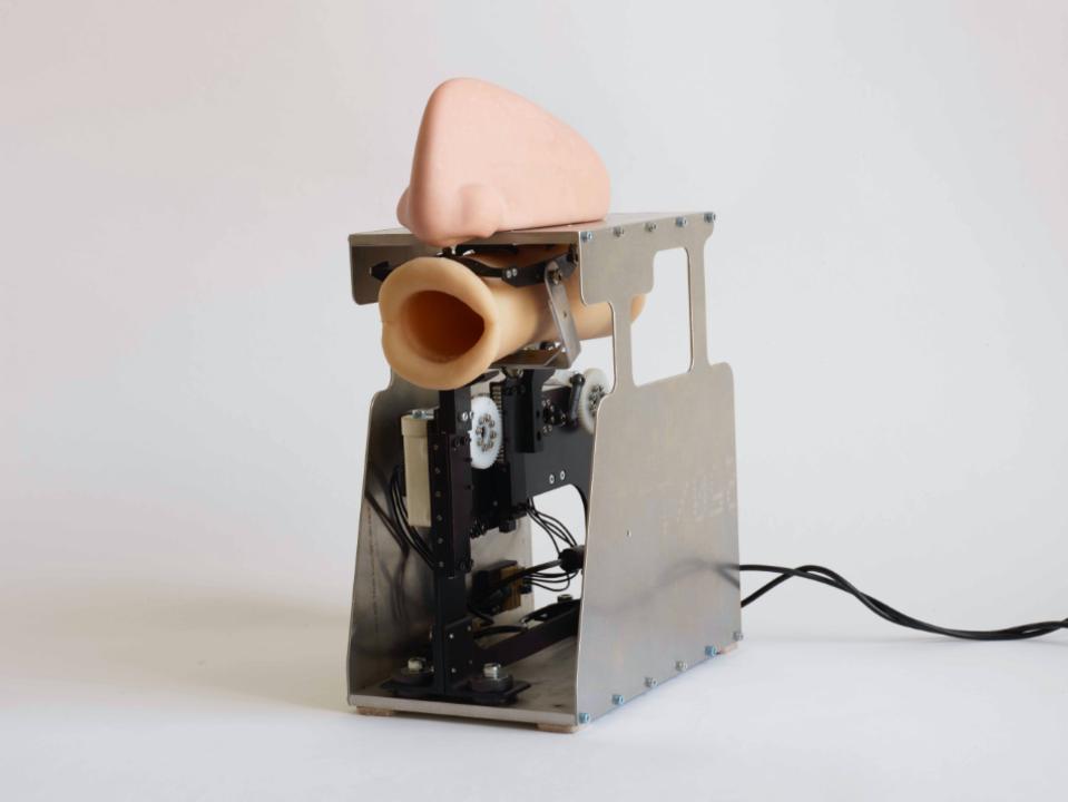 AIでアルゴリズム化した世界中の祈りや説法を話して歌うロボット
