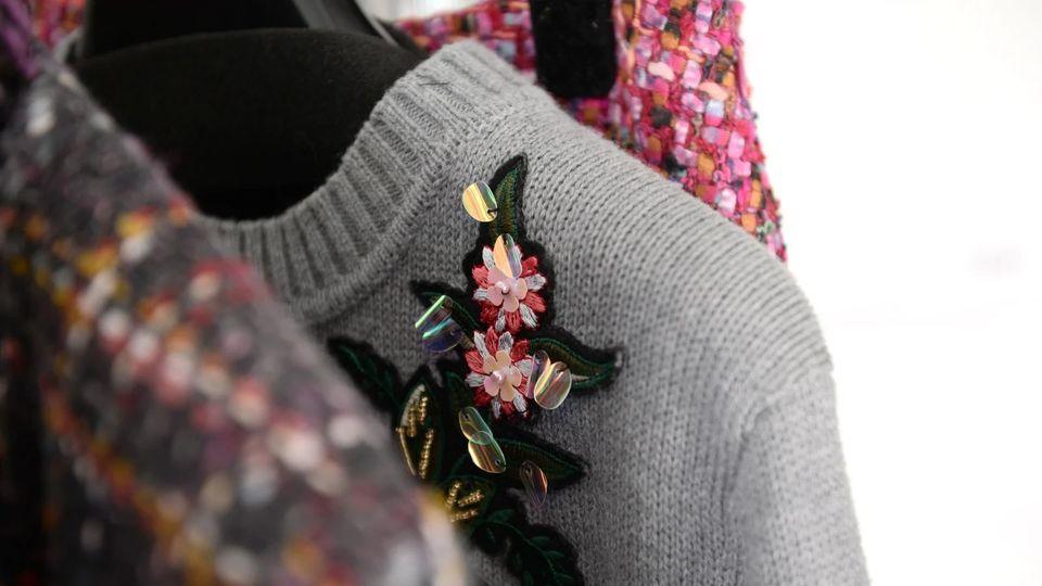 ポリエステルの服は、着ているだけで大量のマイクロプラスチックを放出している...