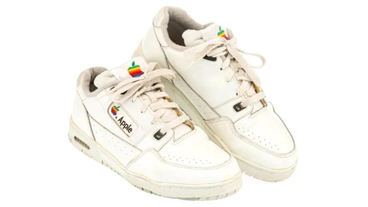 Appleが昔作ったスニーカーがオークションで1万ドルで売れちゃった