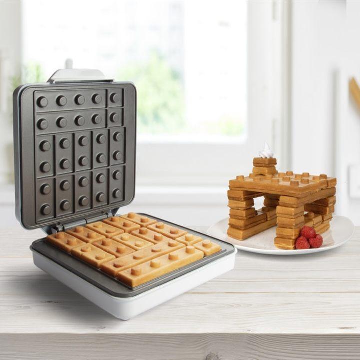 楽しい食卓に、レゴブロック型のワッフルを焼くワッフルメーカー