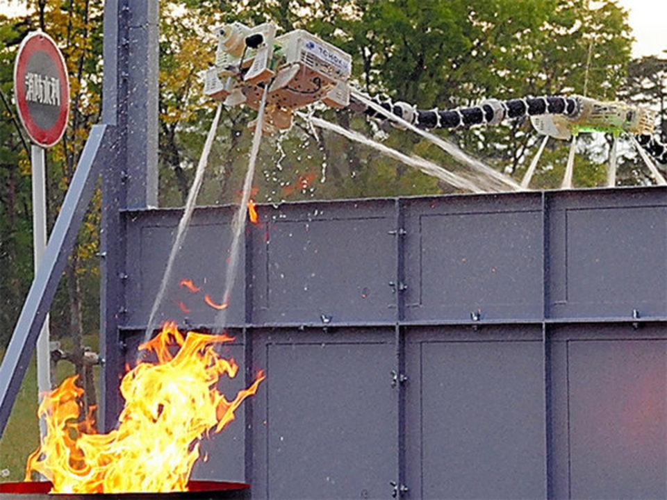 水の噴射で空を飛び、火まで消しちゃうロボット。その名も「ドラゴンファイヤーファイター」