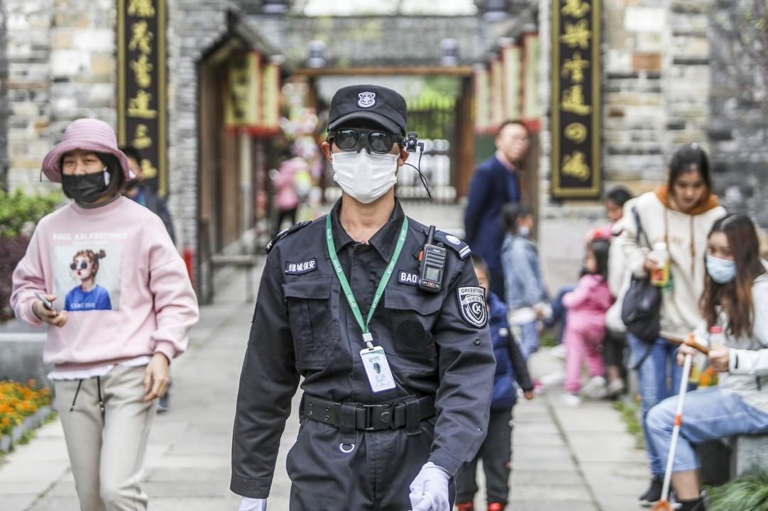 中国の公園の警備員が、スマートグラスで人びとの体温を「視る」