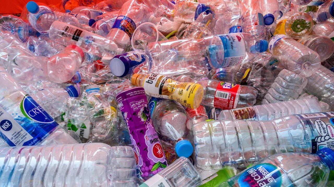 ペットボトルを開けるだけでも、マイクロプラスチックが発生するって…