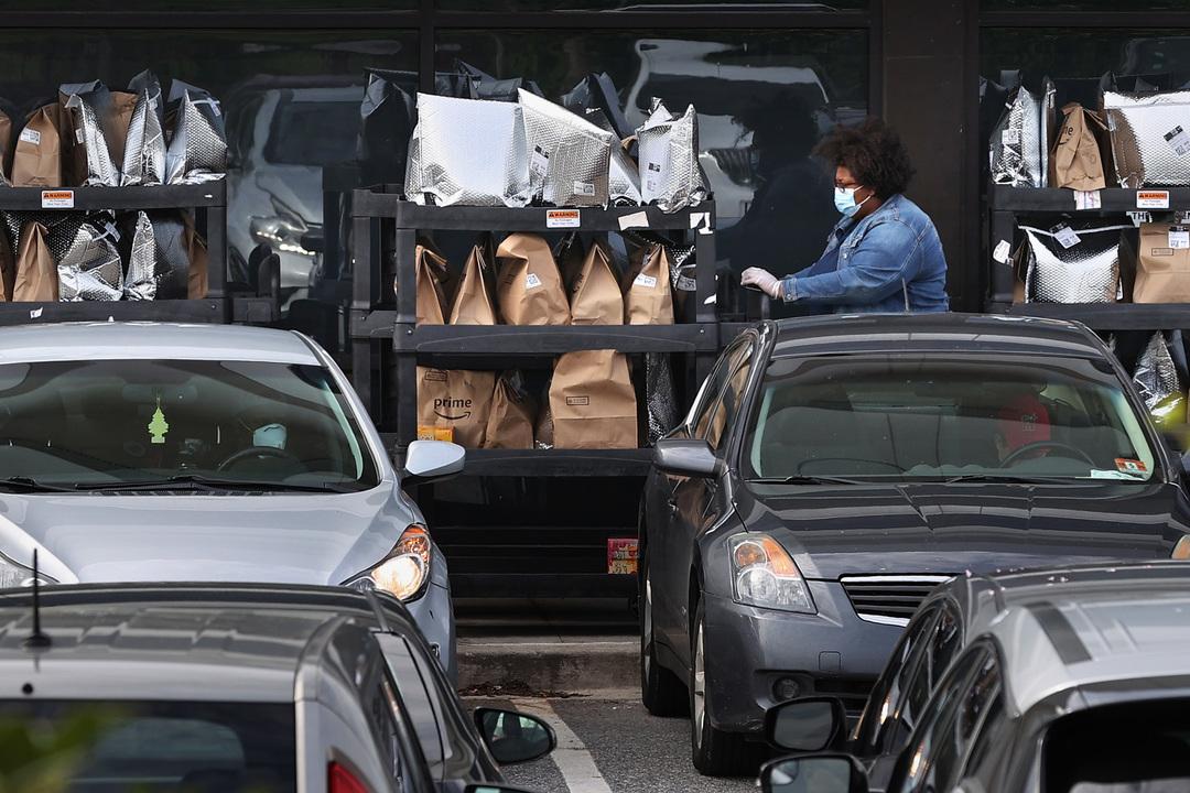 激増するアマゾン需要。米では食料品配達を「順番待ち」する状態