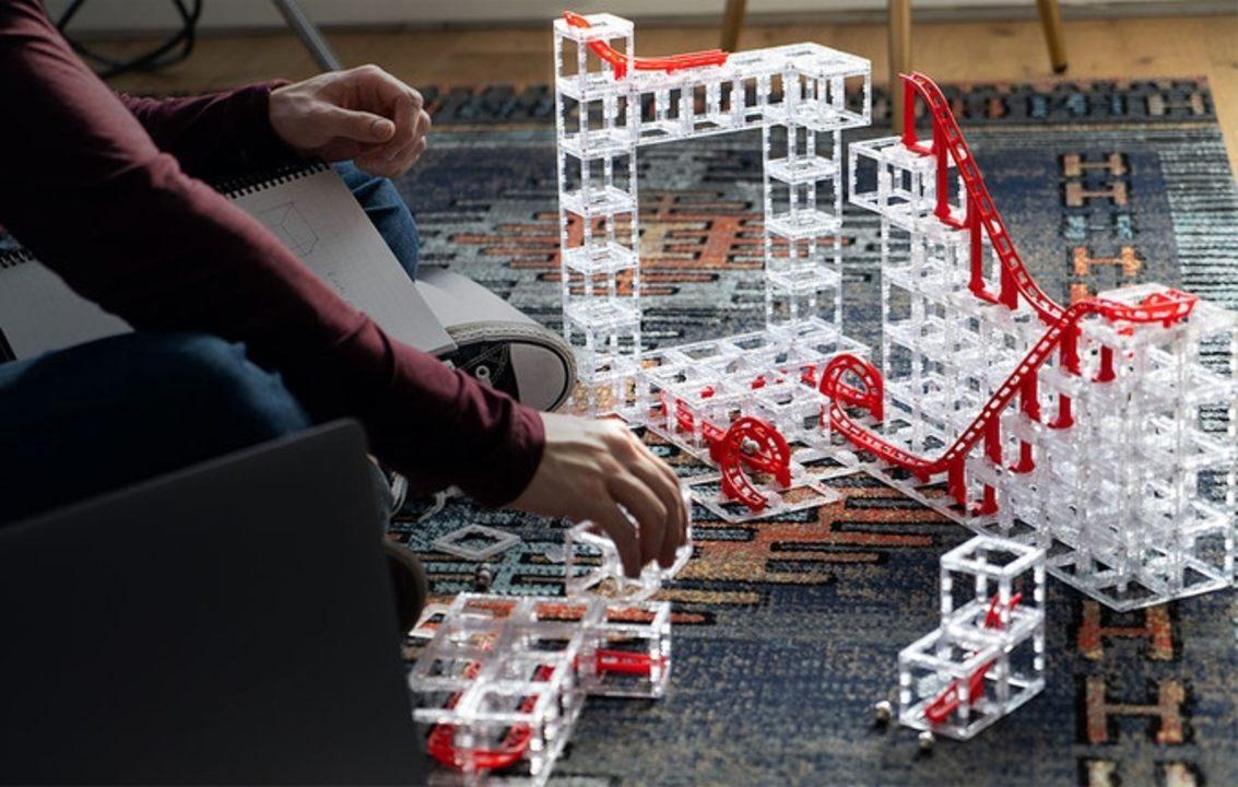 STEM教育にも◎ クラファン2000%超え! 磁力でくっつきローラーコースターを組み立てる「MagnetCubes」