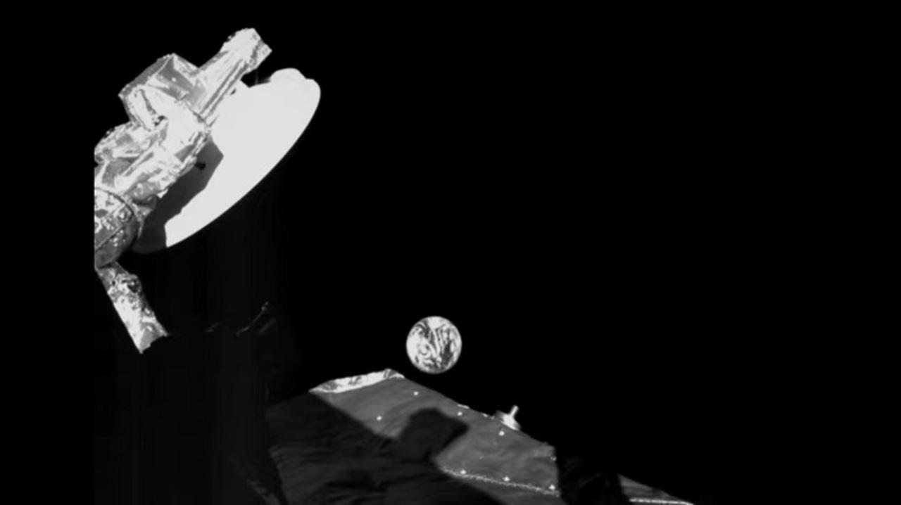 水星へスイングバイする探査機が去り際に撮影した地球のエモさよ…。