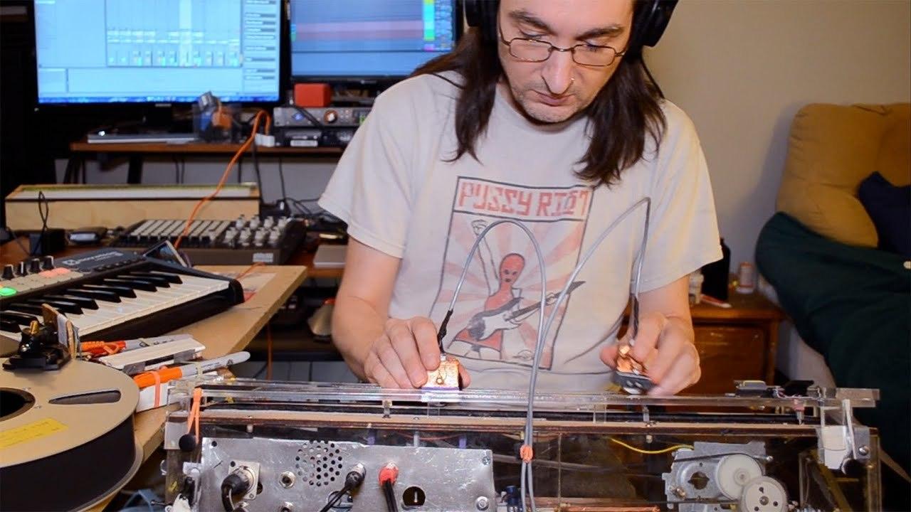 手持ちのヘッドでオープンリール用テープをスクラッチするターンテーブルをDIY