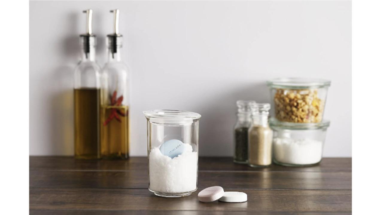石けんのようなプレートを入れておくだけ。砂糖や塩が固まるのを防いでくれるってすごくない?