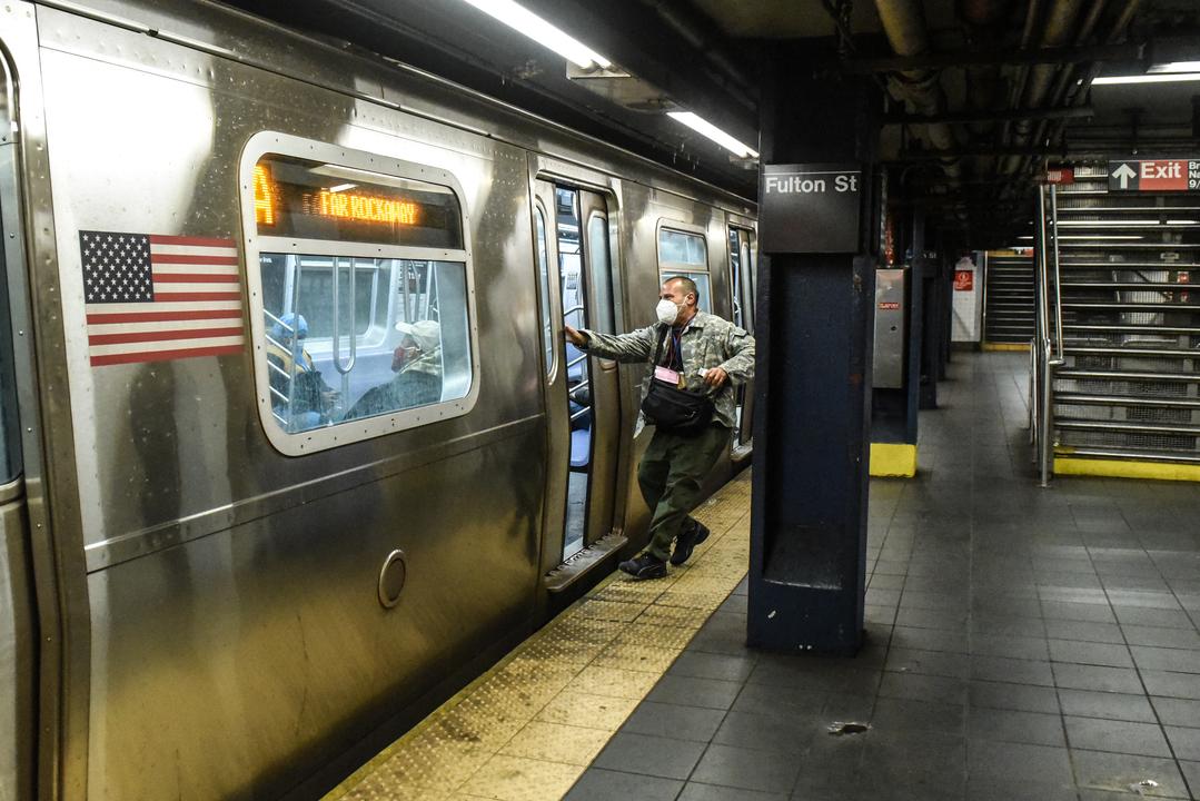 ニューヨークの地下鉄、新型コロナ殺菌に紫外線ランプを導入