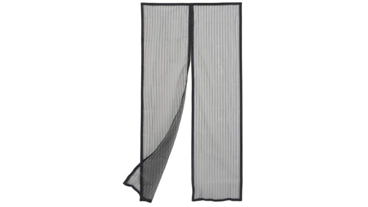 貼るだけで設置できるドア用網戸カーテン。風が通ってマグネットで自動的に閉じる