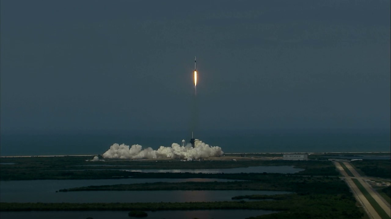 ついに! SpaceXとNASA、民間初の有人ロケット打ち上げ成功