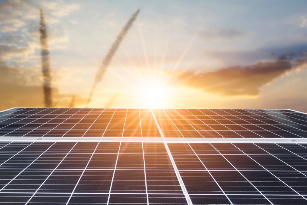 未来のソーラーパネルは、両面で、傾いて、太陽光を追いかける!