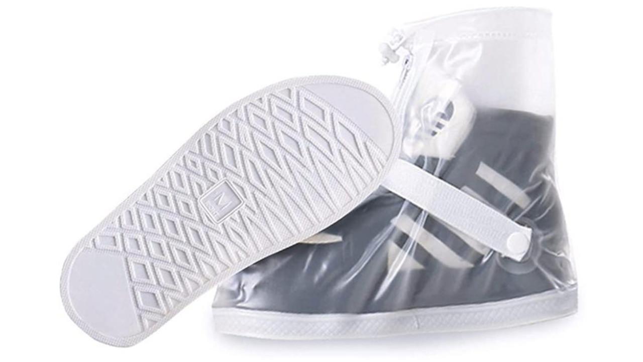 突然の雨でも安心。靴を履いたまま装着できるシューズカバーは、底も滑りにくくて歩きやすいよ