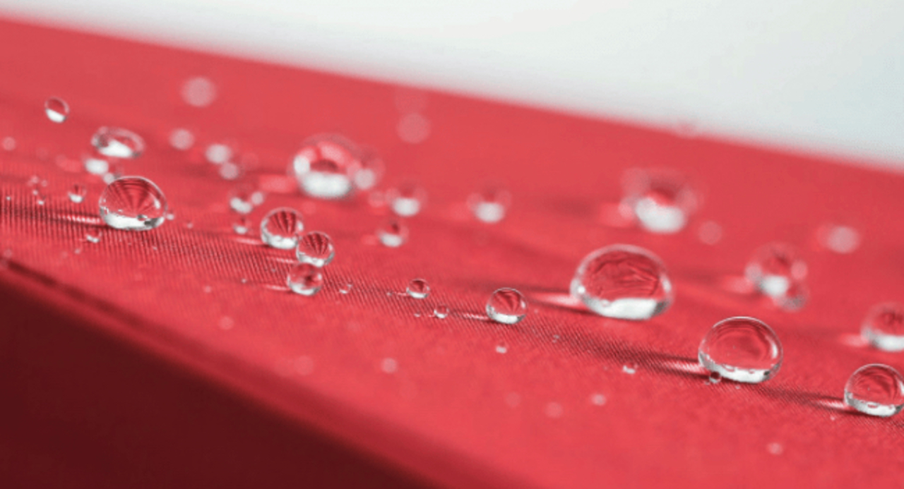 傘の水ぜんぶ飛ばす。最高水準の撥水力をもった「濡らさない傘」