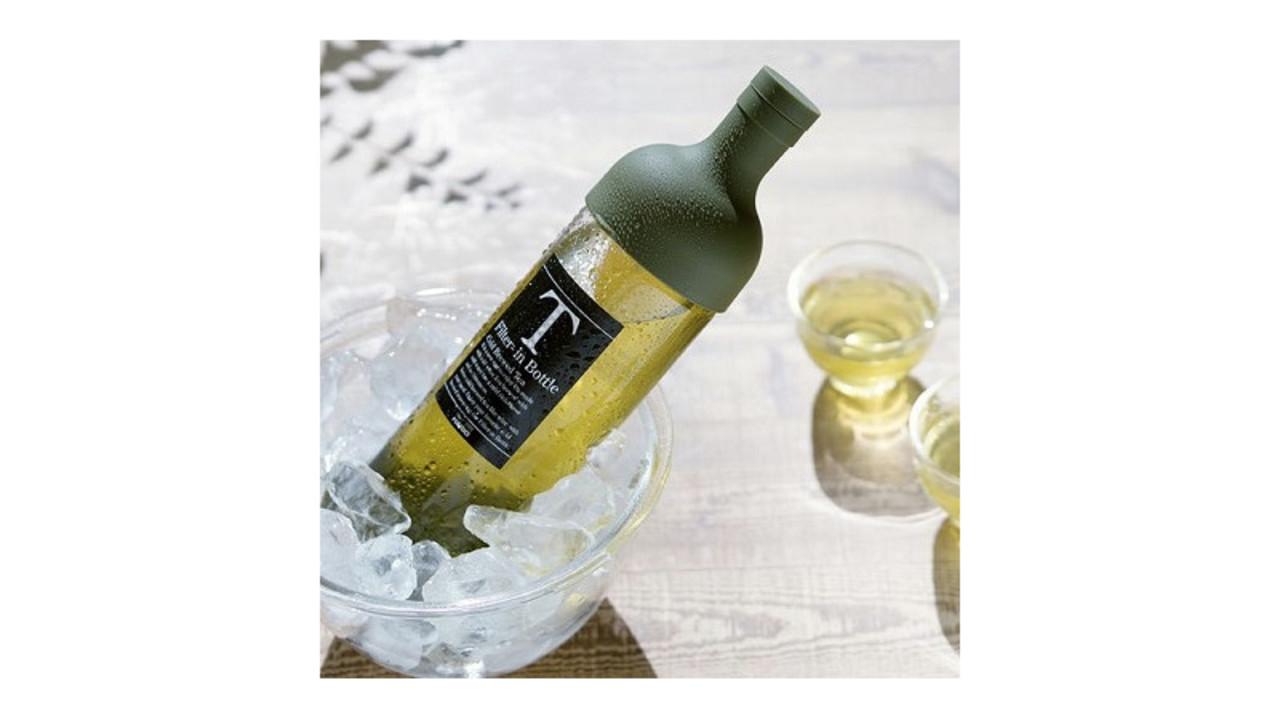 暑い夏に美味しい水出し茶が簡単に作れて、そのまま食卓に出せるハリオのフィルター付きボトル