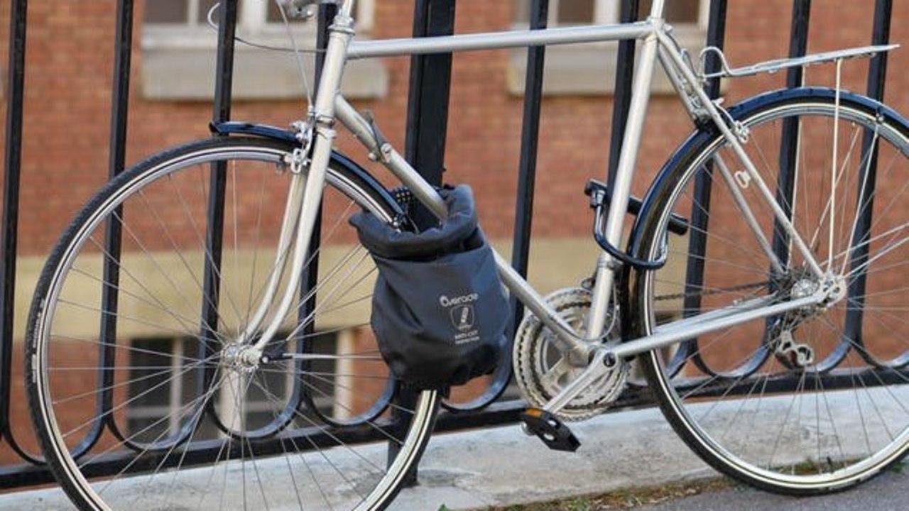 フランス発、手ぶらサイクリストのためのロック付き防水バッグがキャンペーン終了間近