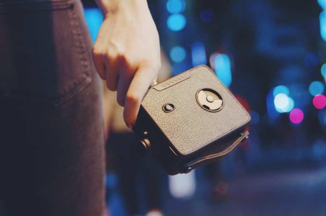 8mmカメラを模したレトロ懐かしいムービーデジカメ。GIF撮影のアクセントにいかが?
