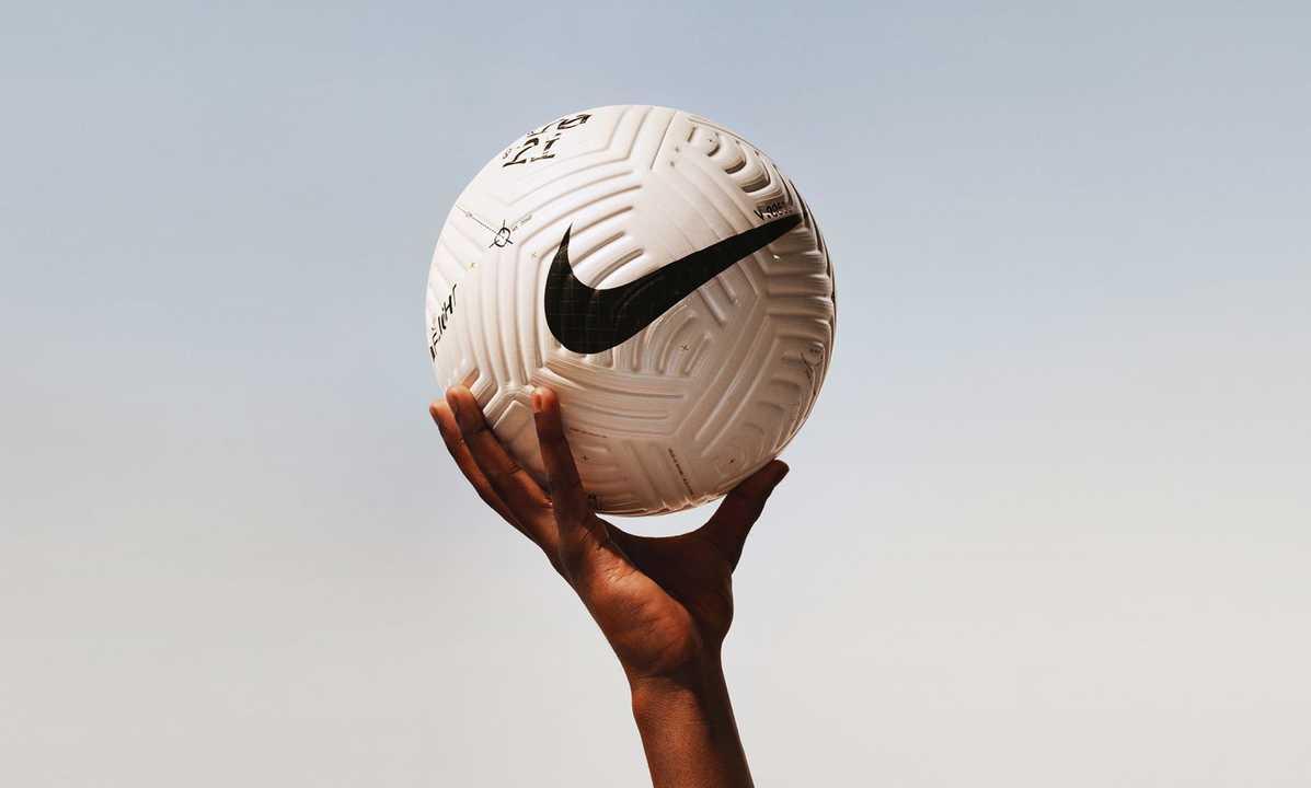 開発8年。ナイキが空気力学を取り入れた「溝のあるサッカーボール」を作る