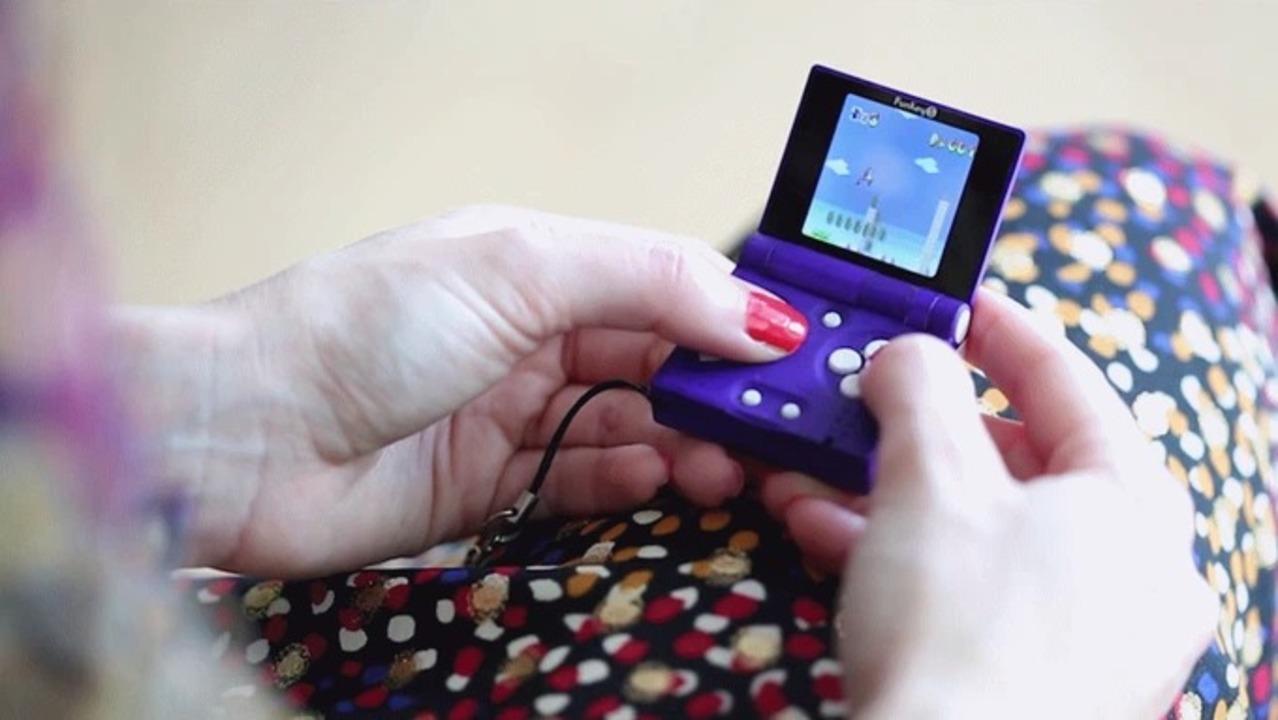キーホルダーに付けられる、手のひらサイズのゲームエミュレーター
