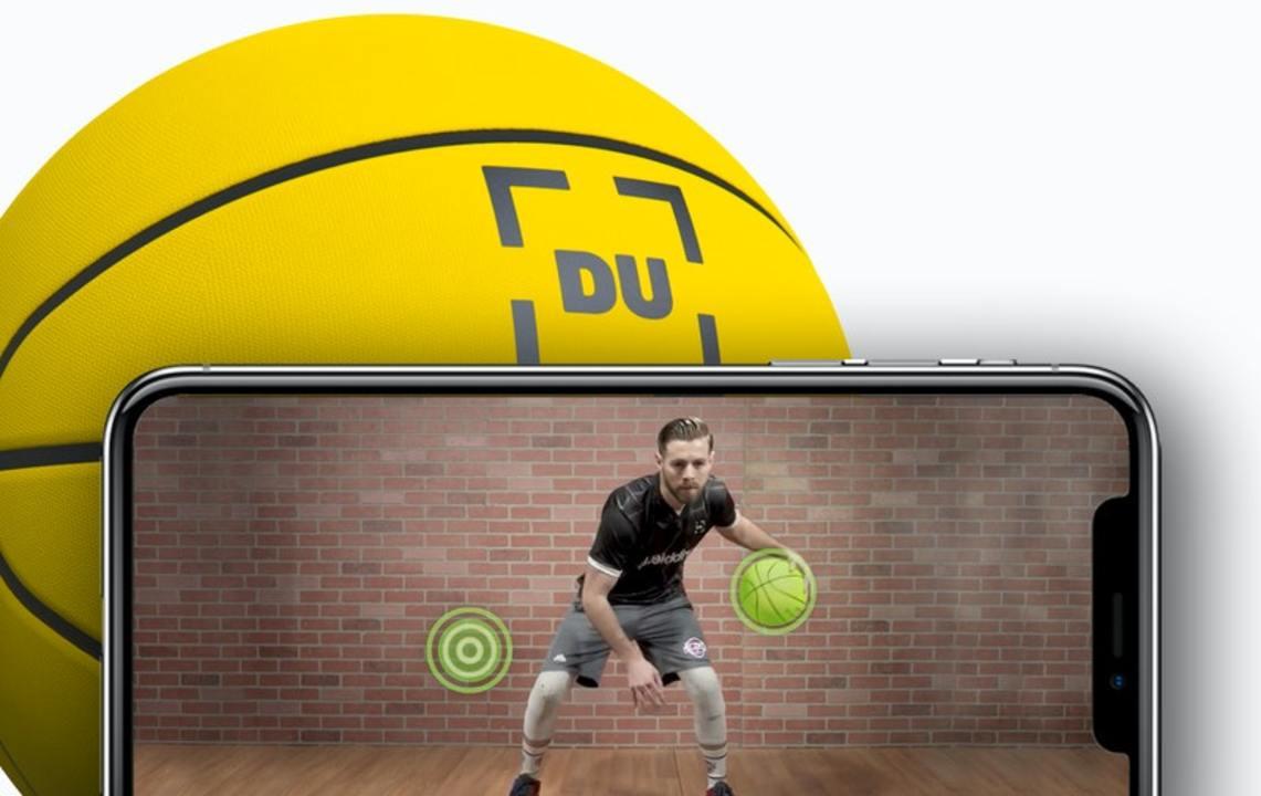 ドリブルを分析しコーチがアプリで指導してくれるスマート・サッカー/バスケットボール