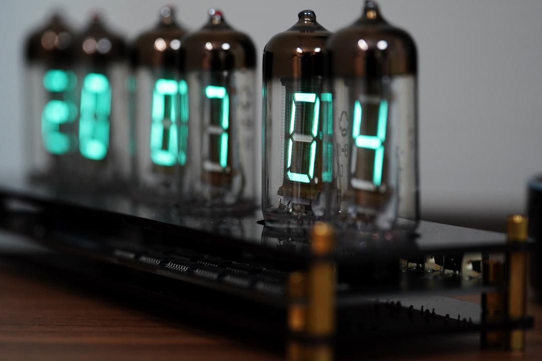 いまだ現役のレトロテクノロジー! 日本発祥のVFD管で魅せるクールでサイバーな時計