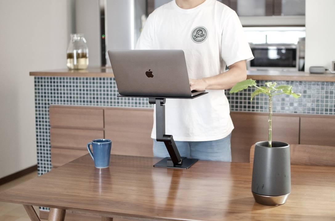 このパソコンスタンドのおかげで、オフィスよりも快適なテレワーク生活が始まった