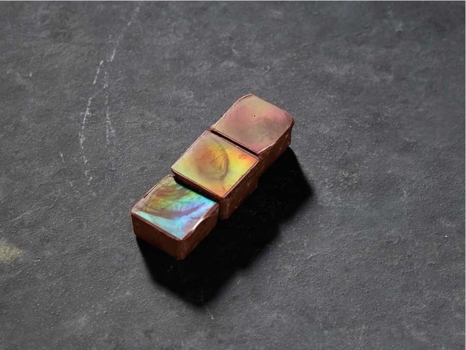 まるでカメレオン。科学者が作るチョコレートは、ナノ技術で極彩色に反射する