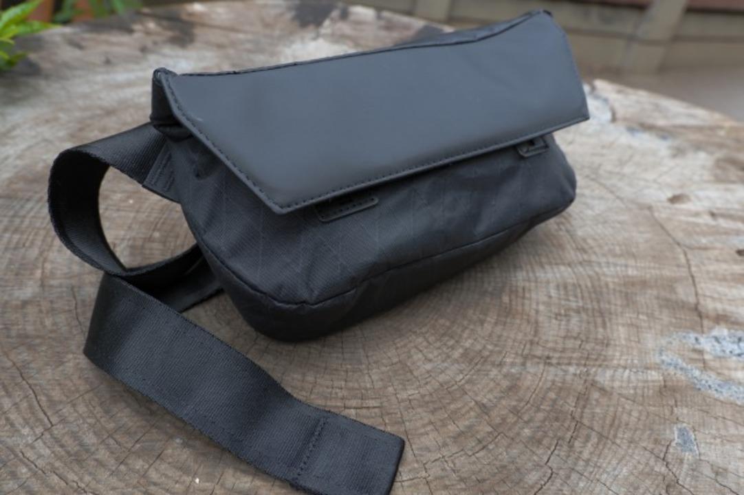 マグネット式でカチッと装着! 超コンパクトなスリングバッグを使ってみた