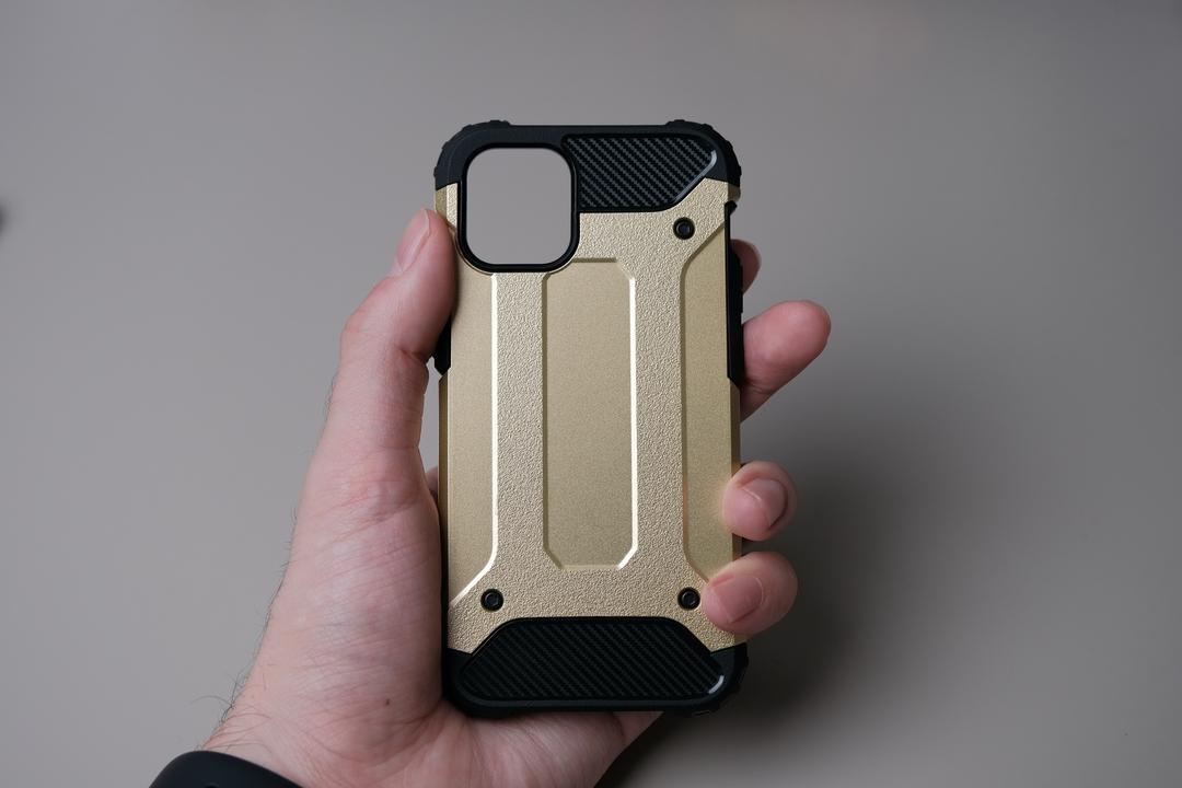 このホールド感、知ってるぞ! iPhone 12用かもしれないスマホケースをハンズオン