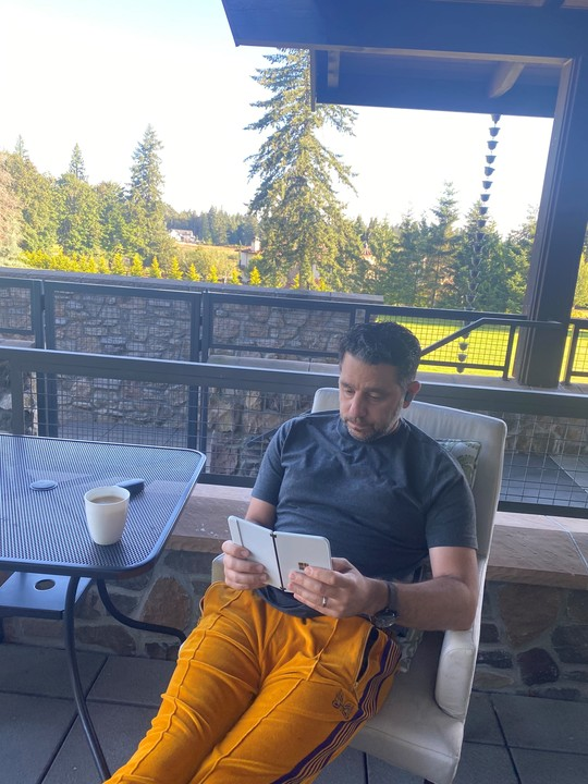 発売早まる兆候か? パノス・パネイがSurface Duoとモーニングコーヒーをしばく